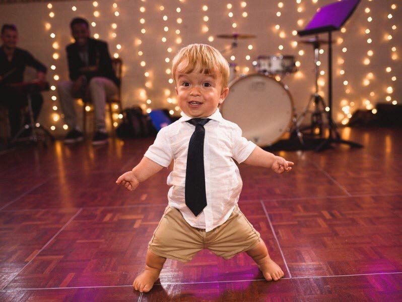 Cücelik problemi olan birinin dans ederkenki görseli. Opr. Dr. Halil Buldu