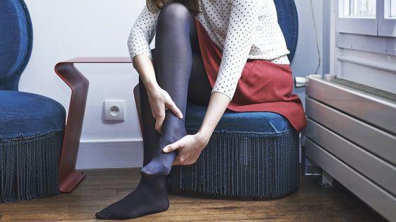 Freiberg's Hastalığı'ndan dolayı ayağından rahatsızlık çeken bir insanın ayağını tuttuğu bir görsel Opr. Dr Halil Buldu