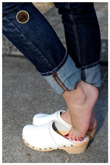 HALLUKS RIGIDUS (Sert  Ayak Başparmağı) sorunu çeken bir hastanın ayağını ayakkabı dışarısına çıkartmış bir görsel Opr. Dr Halil Buldu.