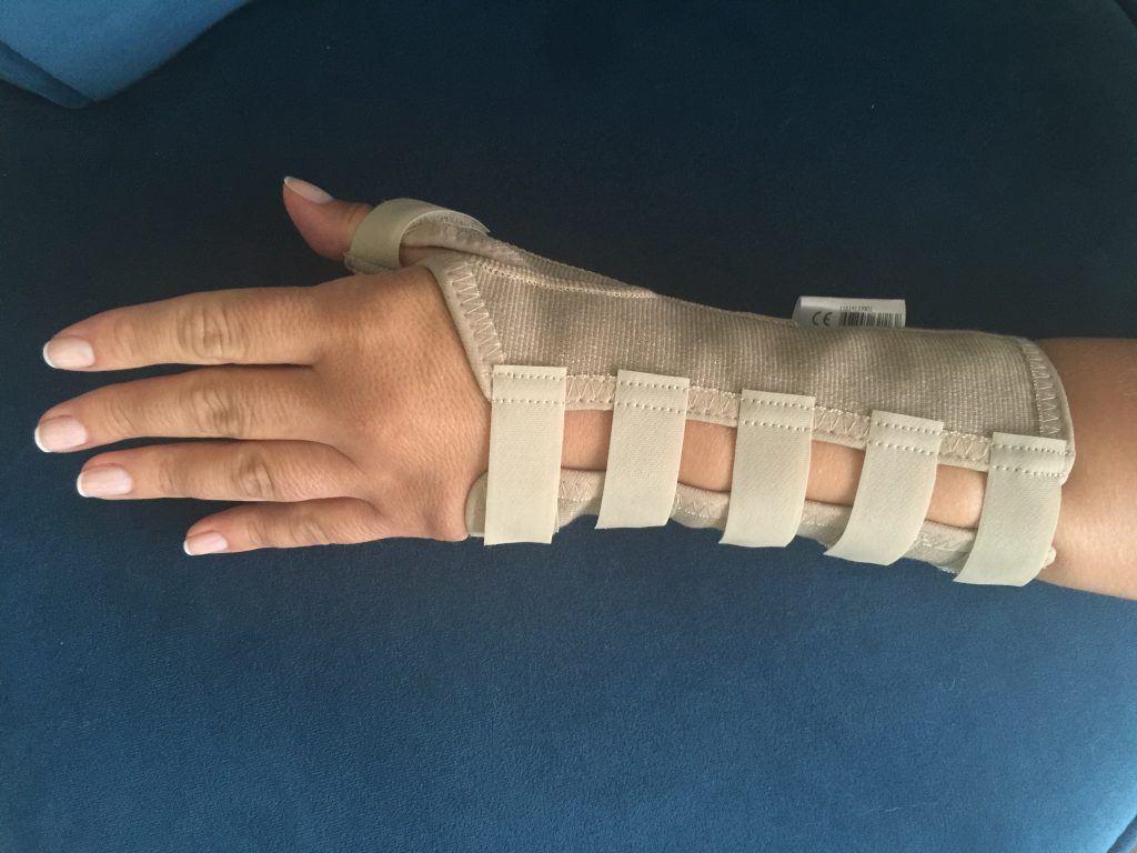 Opr. Dr. Halil Buldu'nun De Quervain Tenosinoviti operasyonu sonrasında oluşan gelişmeyi gösteren bir bandajlı el resmi.