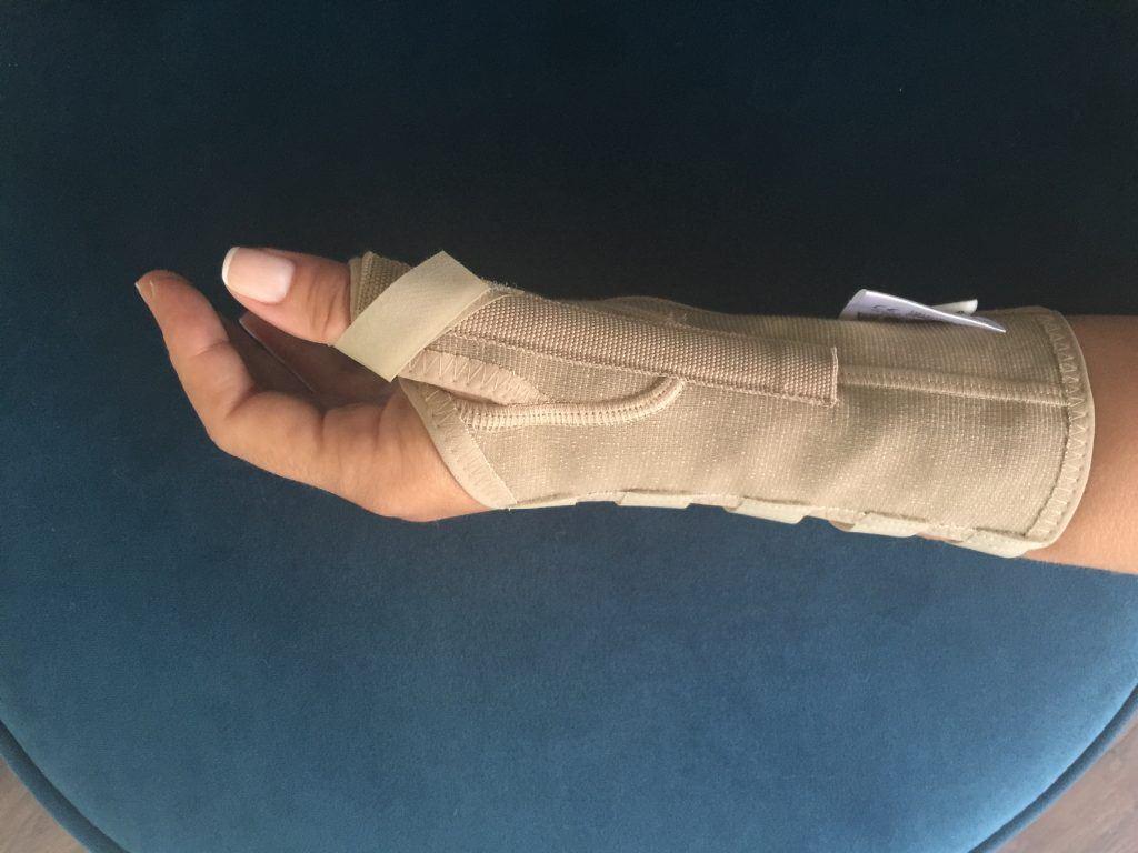 Opr. Dr. Halil Buldu'nun De Quervain Tenosinoviti operasyonu sonrasında oluşan gelişmeyi önizleyen bir bandajlı yandan bakılmış el resmi.