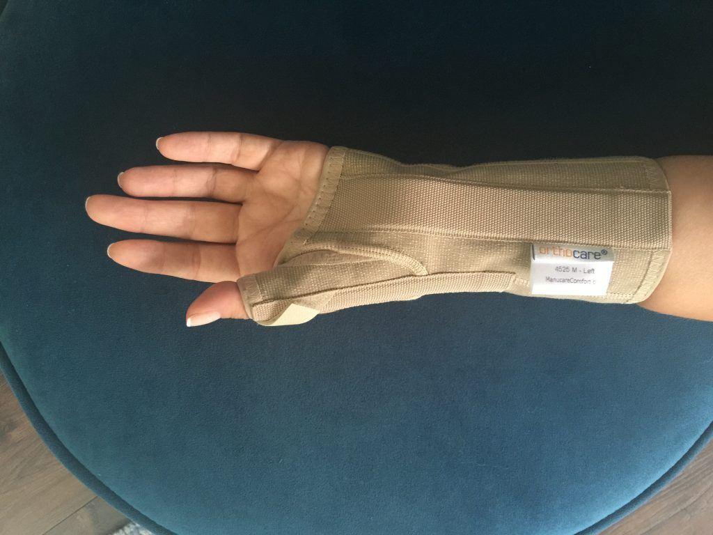Opr. Dr. Halil Buldu'nun De Quervain Tenosinoviti operasyonu sonrasında oluşan gelişmeyi resmeden bandajlı bir el resmi.